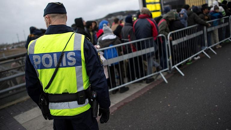 En polis med ryggen mot kameran. Foto: Johan Nilsson / TT