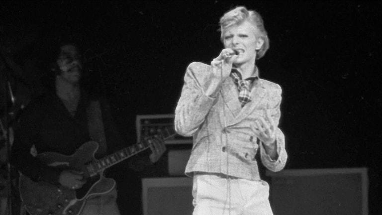 David Bowie uppträder i New York 1974.