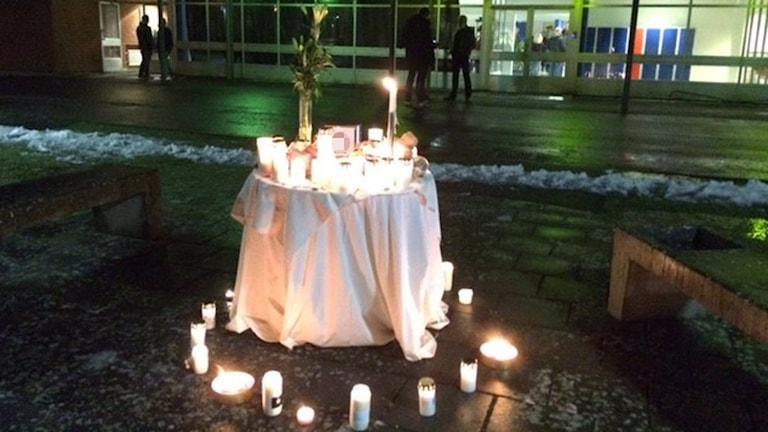 Ljus utanför skolan där knivdådet i Broby. skedde. Foto: Anna Bubenko/Sveriges Radio