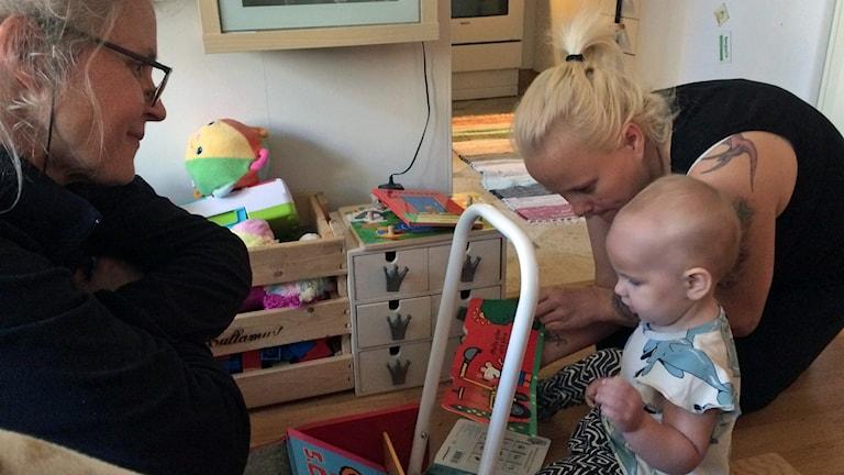 Ettåriga Saga och mamma Rebecca Dugajlic får besök av Getrud Widerberg från projekt Bokstart. Foto: Carina Holmberg/Sveriges Radio