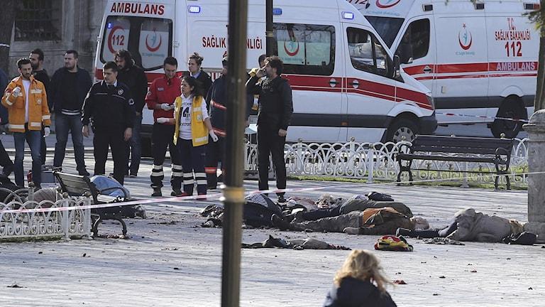 Räddningsstyrkor samlas efter explosionen i centrala istanbul. FOTO: KEMAL ASLAN/REUTERS.