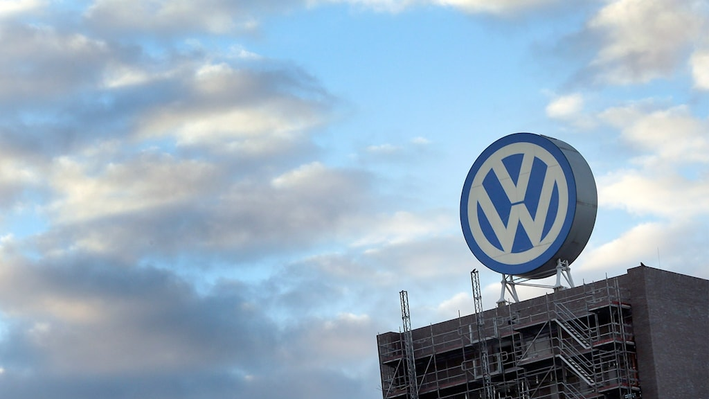 Volkswagen-logga på tak i Wolfsburg, Tyskland
