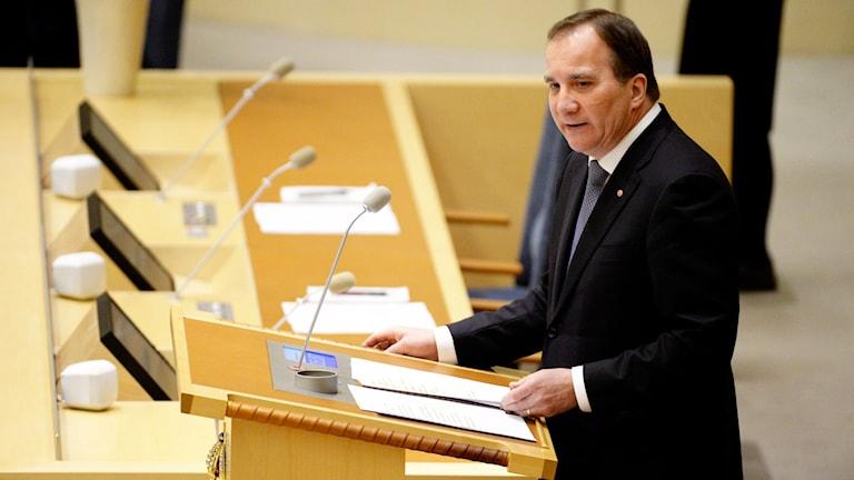 Statsminister Stefan Löfven (S) talar under partiledardebatten i Riksdagen. Foto: Jessica Gow/TT.