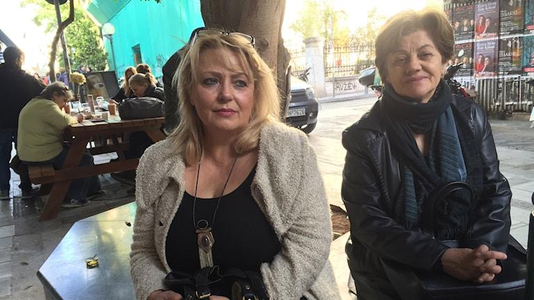 Två kvinnor sitter i en park. Foto: Johanna Melén/Sveriges Radio.