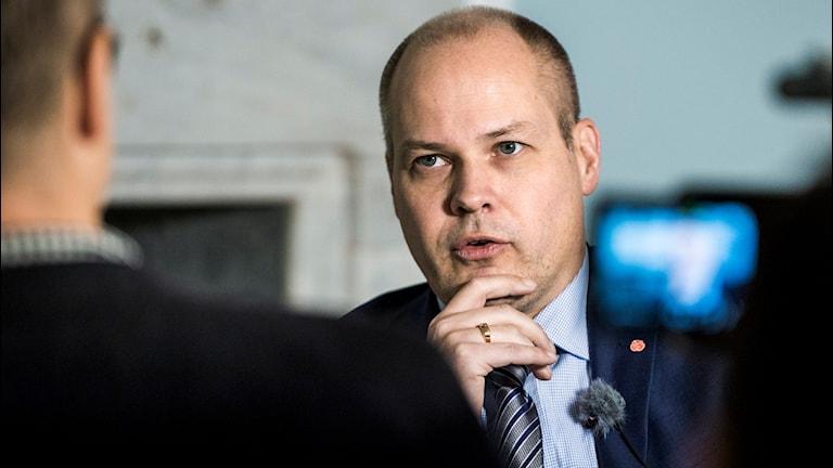 Justitie- och migrationsminister Morgan Johansson intervjuas. Foto: Claudio Bresciani/TT.