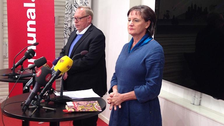 Annelie Nordström och Anders Bergström står bakom två bord med mikrofoner. Foto: Annika Digréus/Sveriges Radio.