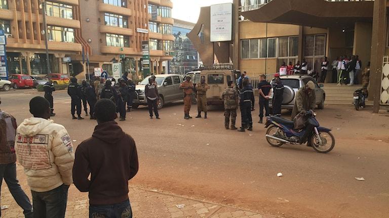 Militären står utanför hotellet som attackerades. Foto: AP Photo/ Ludivine Laniepce/ TT.