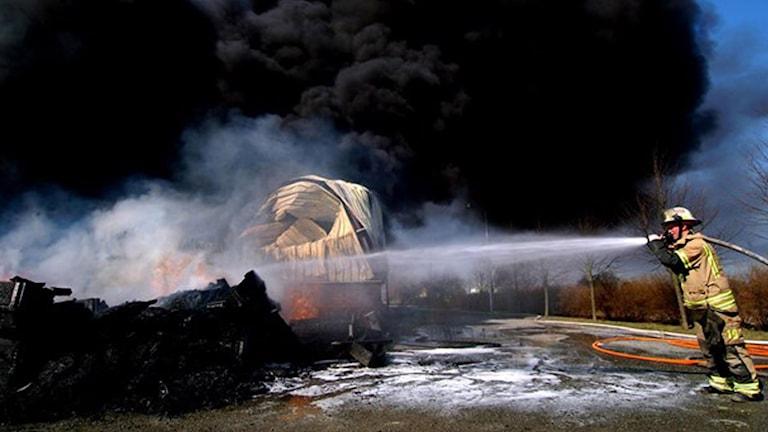 Brandman släcker eld med brandskum