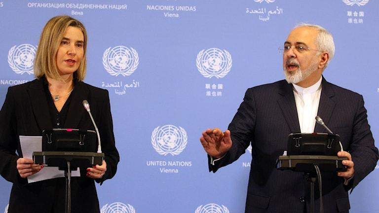 EU:s utrikeschef Federica Mogherini och Irans utrikesminister Javad Zairf. Foto: Ronald Zak/TT.