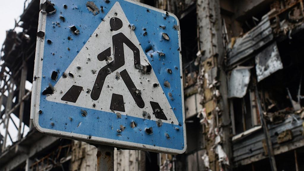 Skotthål på övergångsställesskylt i Donetsk.