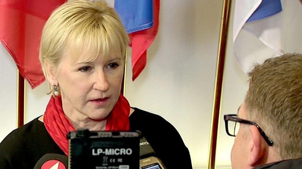 Utrikesminister Margot Wallström intervjuas av journalister. Foto: EU-kommissionen/TT.