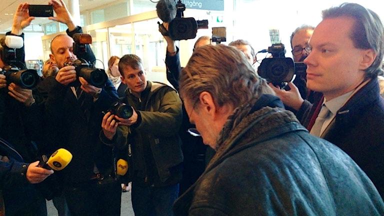 Martin Kinnunen på väg in i rättssalen. Foto: Simon Andrén/Sveriges Radio
