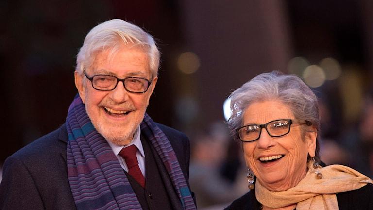 Leende man till vänster och leende kvinna till höger