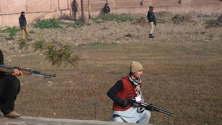 Säkerhetspersonal utanför Bacha Khan university nära Pesharwar i Pakistan. Foto: TT