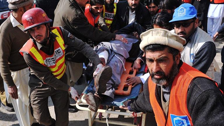 Räddningsinsats efter attacken mot Bacha Khan universitetet i Pakistan. Foto: Hasham /TT
