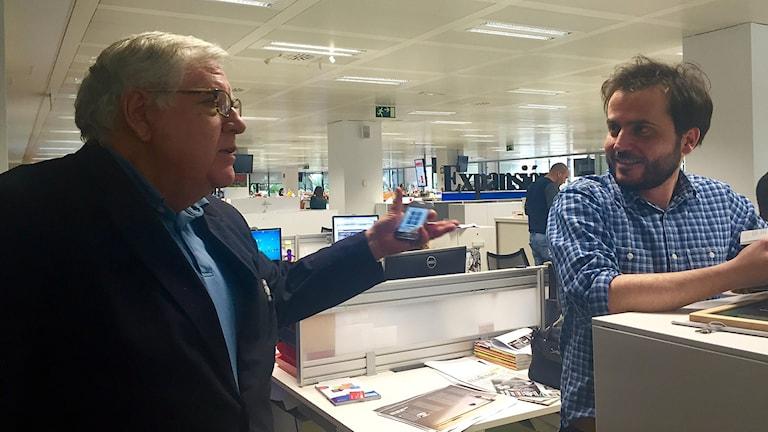 Víctor de la Serna, kolumnist på El Mundo, i samtal med en kollega. Foto: Beatrice Janzon/Sveriges Radio.