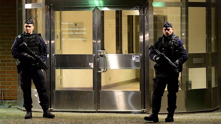 Misstankarna om att 22-åringen var inblandad i terrorbrott väckte mycket stor uppmärksamhet med en stor polisinsats till följd. Bland annat bevakades polishuset i Skellefteå av tugnt beväpnad polis. Robert Granström / TT.