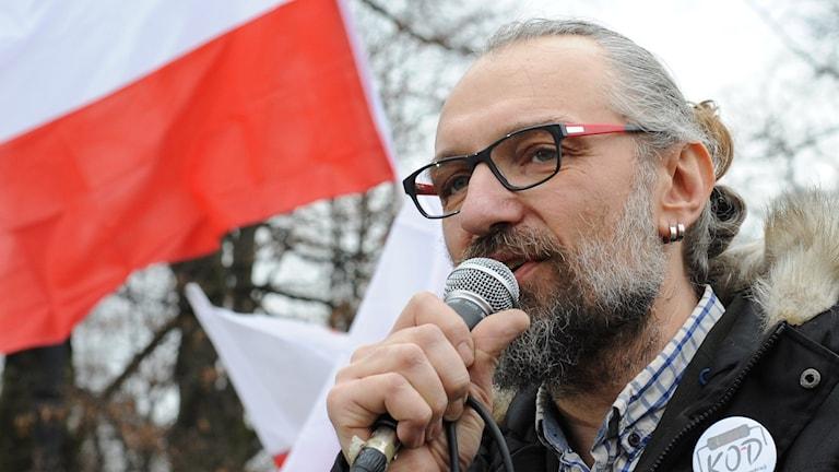 Mateusz Kijowski talar på en demonstration. Foto: Alik Keplicz/TT.