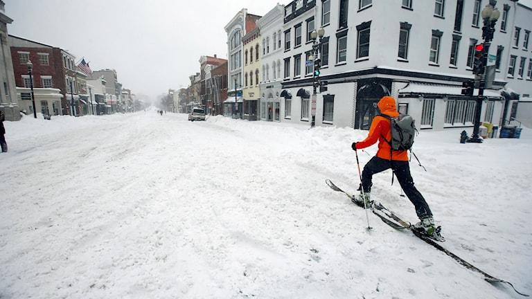 En man åker skidor i gatumiljö. Foto: Alex Brandon/TT.