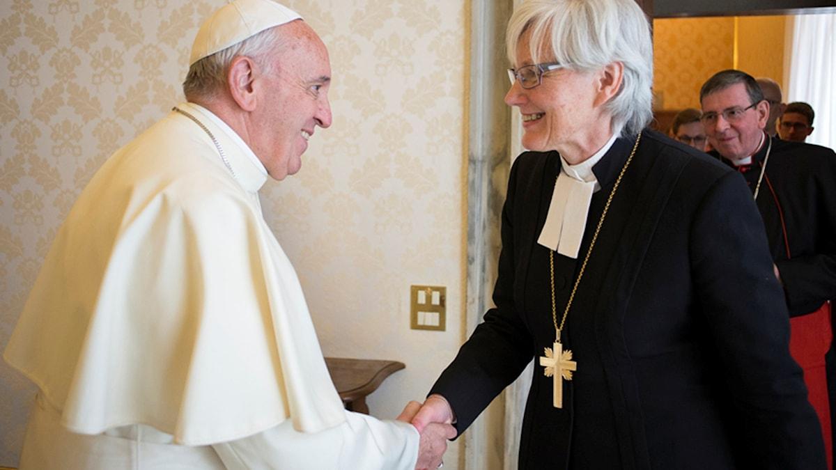 Påven Franciskus och Ärkebiskop Antje Jackelén skakar hand när de möts i Vatikanen Foto: Vatikanen
