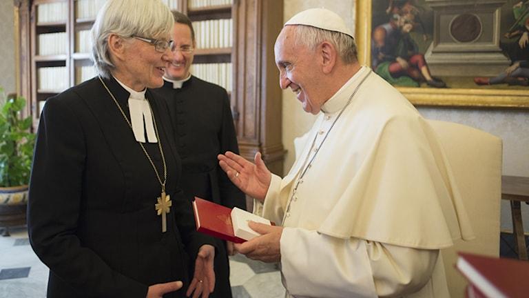 Påven Franciskus och Ärkebiskop Antje Jackelén möts i Vatikanen 2015. Foto: Vatikanen