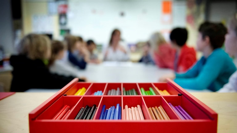 Färgpennor i ett klassrum i lågstadiet. Foto: Jessica Gow / TT