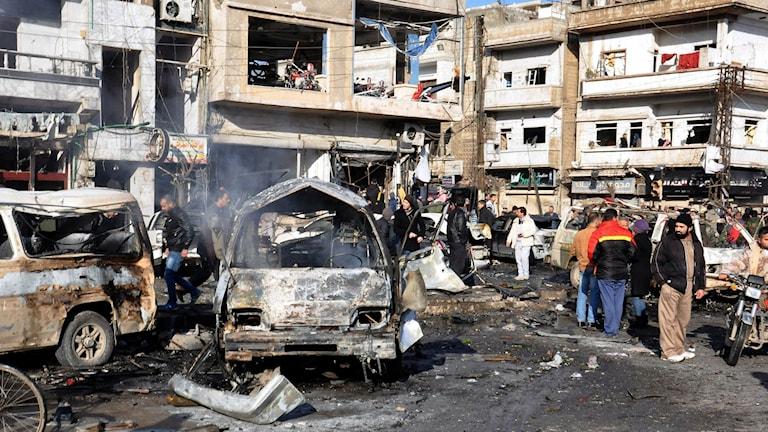 Två bomber dödade och skadade många människor i Homs. Foto: SANA via AP/TT.