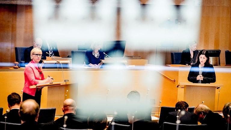 Utrikesminister Margot Wallström (S) debatterar med Karin Enström (M) under en utrikespolitisk debatt i riksdagen. Foto: Magnus Hjalmarson Neideman/TT.
