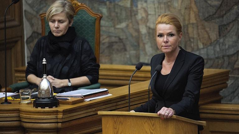 Inger Stoejberg till höger och Mette Bock till vänster i Folketinget när beslutet fattades.