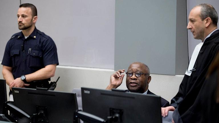 Elfenbenskustens tidigare president Laurent Gbagbo och hans advokat Emmanuel Atit i den Internationella brottmålsdomstolen ICC i Haag. Foto: Peter Dejong / TT.