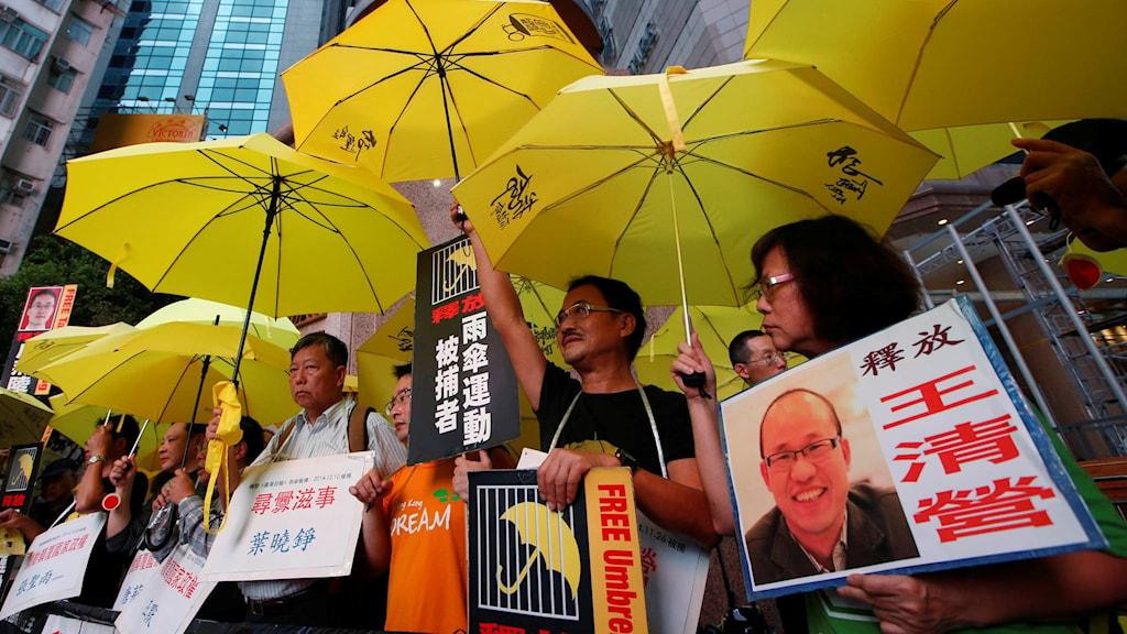 Kinesiska demonstranter håller upp bilder på människorättsadvokaten Tang Jingling. Foto: Kin Cheung.