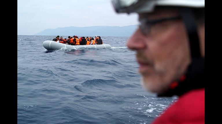 En tysk frivillig räddningsarbetare eskorterar en båt överfylld med flyktingar på väg mot de grekiska ön Lesbos i slutet av januari. Foto: TT.