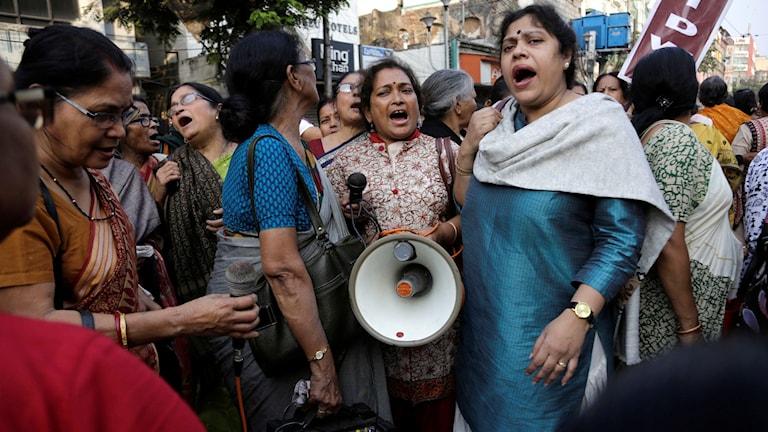 Kvinnliga aktivister kräver det hårdaste straffet för våldtäktsmännen. Foto: TT.
