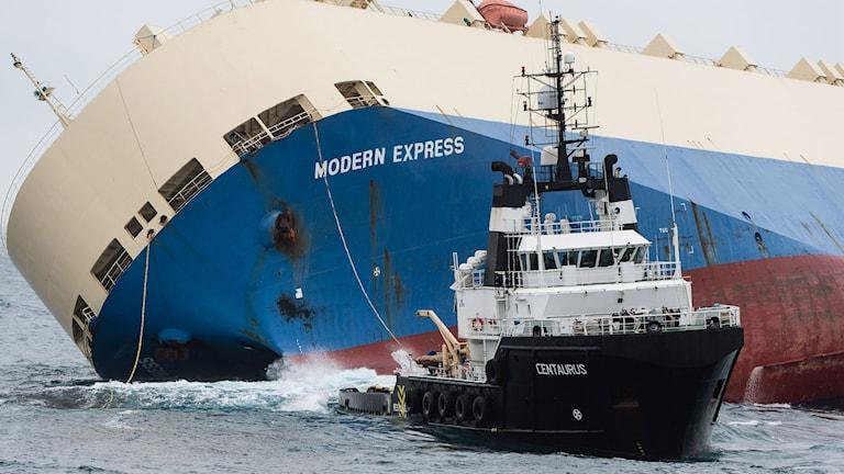 Kantrat skepp bogseras.