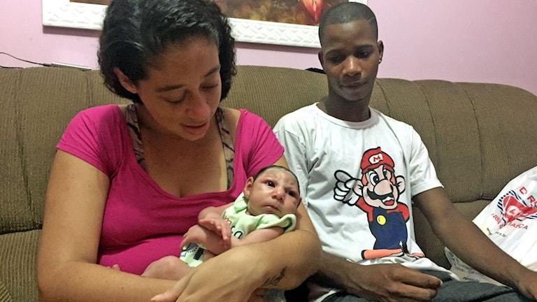 Pollyana Rabello och Misael Junior är föräldrar till Luis Felipe, som föddes i december. Han har mikrocefali, för litet huvud. Läkarna misstänker att Pollyana fick det myggburna Zikaviruset under graviditeten. Foto: Lotten Collin / Sveriges Radio