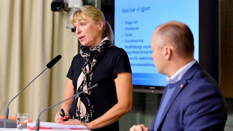 Lagmannen Gudrun Antemar och justitie- och migrationsminister Morgan Johansson presenterar en utredning om nya straff för näthat, betänkandet 'Integritet och straffskydd', under en pressträff i Rosebad i Stockholm.