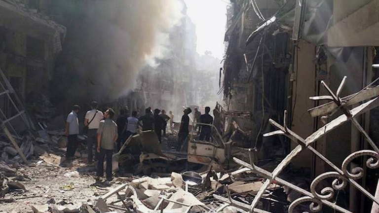 Människor på gatan i Aleppo. (Arkivbild)