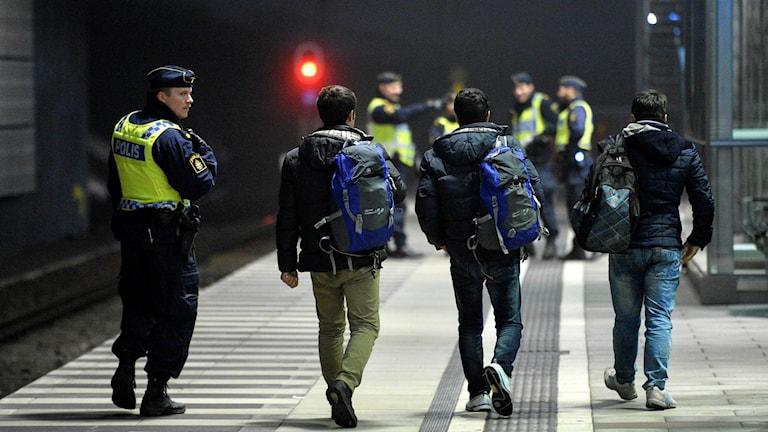 Polis eskorterar asylsökande från ett ֖resundståg. Arkivbild.