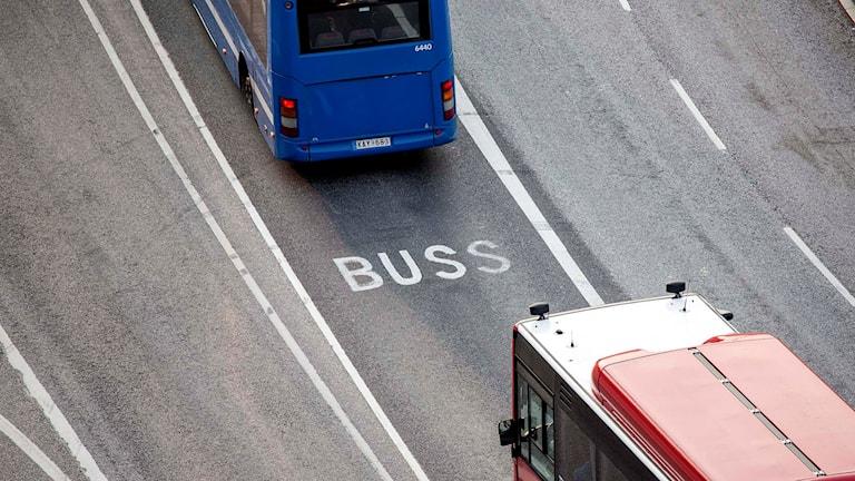 Två bussar på en väg.