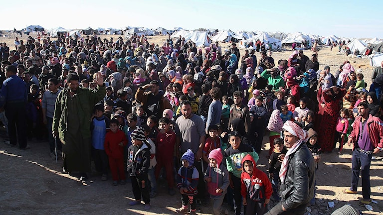 Syriska flyktingar som väntar på att få komma in i Jordanien.