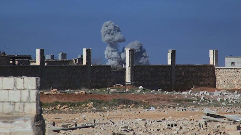 Moln efter flyganfall i Syrien.