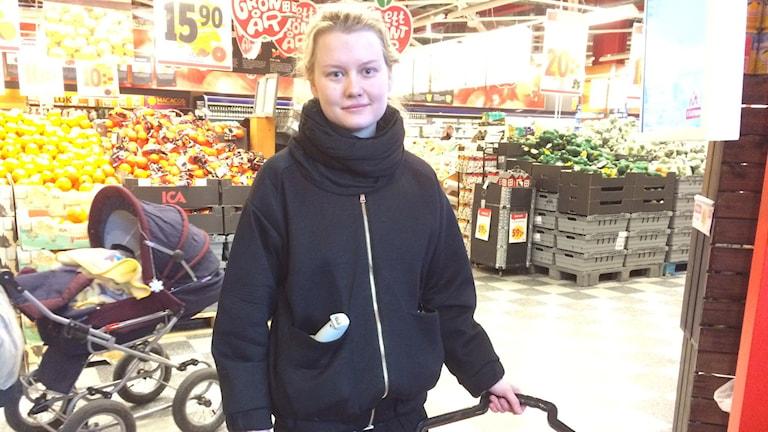 Jenny Karlsson tar för det mesta med sig en tygkasse när hon handlar, dock inte just idag. Foto: Mona Hambreus/Sveriges Radio