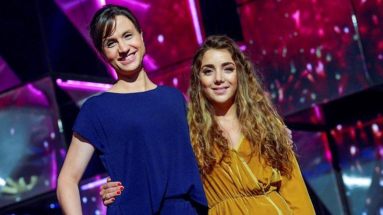 Veteranerna Petra Mede och Gina Dirawi är programledare för tävlingen. Melodifestivalen 2016 inleds med deltävlingen i Göteborg på lördag. Foto Jonas Ekströmer/TT.