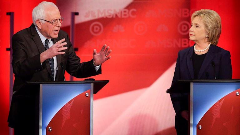 Demokraterna Bernie Sanders och Hillary Clinton möts i tv-debatt.