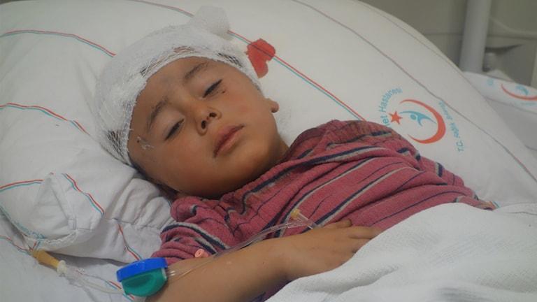 Moussa, 5 år, vårdas på sjukhus för sina skador efter flygattacken i Syrien.