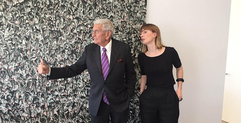 Eli Broad Visar Lisa Bergström utsikten från sitt kontor.