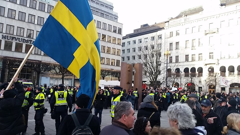 Tre av de gripna var inblandade i en aktion i city den 30 januari under demonstrationen mot flyktingar.