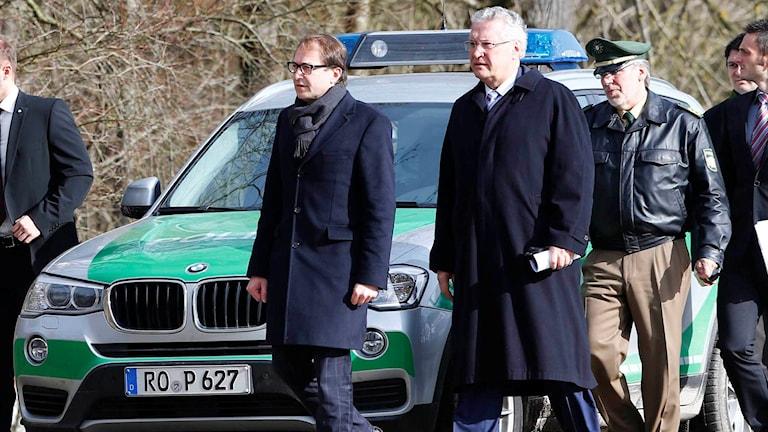 Tysklands transportminister Alexander Dobrindt besöker olycksplatsen.