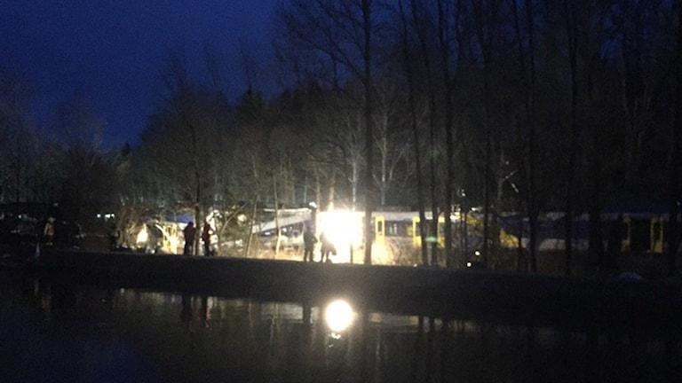 Arbetet vid olycksplatsen fortsätter under natten. Foto: Daniela Marquardt/Sveriges Radio.
