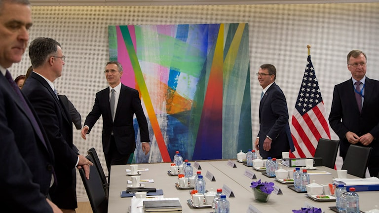 USA:s försvarsminister Ash Carter och Jens Stoltenberg tar emot medlemmar till möte på Natos högvarter. Foto: AP